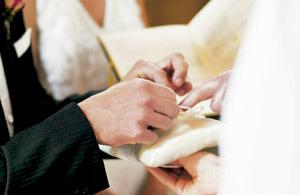 novio durante la boda cogiendo las alianzas para intercambiarlas con la novia