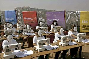 protesta de la Campaña Ropa Limpia en Barcelona contra la explotación laboral del sector textil en el tercer mundo