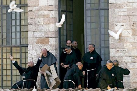 religiosos sueltan palomas al aire libre