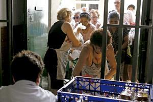 voluntarias reparten comida a personas sin recursos