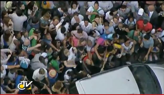 jóvenes se agolpan sobre el coche del Papa 22 julio JMJ Río 2013