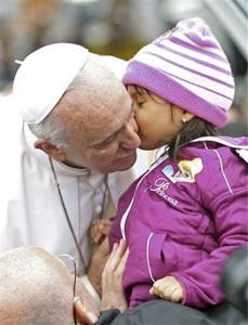 una niña besa al Papa Francisco JMJ Río 2013
