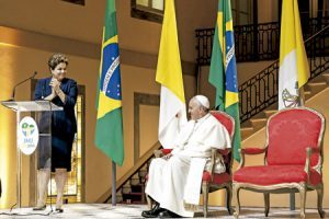 papa Francisco con Dilma Rousseff a su llegada al aeropuerto internacional de Río de Janeiro