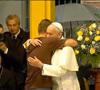 papa Francisco abraza a joven drogodependiente rehabilitado en el hospital Rio Janeiro