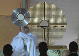 El papa Francisco bendice a los peregrinos con la custodia