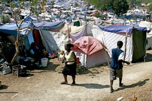 refugiados y desplazados internos en un campamento en Haití