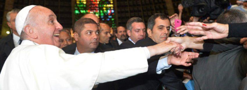 papa Francisco con la bandera argentina tras el encuentro con los jóvenes argentinos en la Catedral de San Sebastián JMJ Río 2013