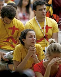 chica joven llora durante una celebración en la JMJ 2011 Madrid