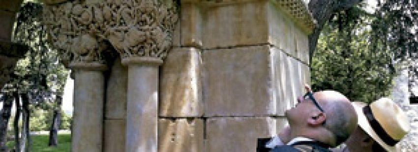 profesor Gerardo Boto en el claustro de Palamós
