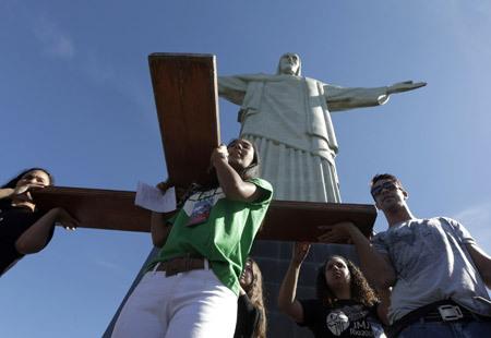 jóvenes brasileños con la cruz de la JMJ en Río de Janeiro en el Cristo de Corcovado