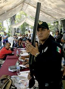 policía supervisa la entrega voluntaria de armas en México