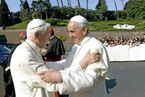 papa Francisco y papa emérito Benedicto XVI encuentro Vaticano 5 julio 2013