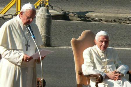 papa Francisco y papa emérito Benedicto XVI en los Jardines Vaticano 5 julio 2013