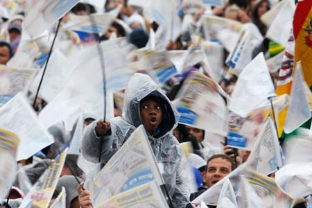 fieles esperan la llegada del papa Francisco al Santuario de Aparecida 24 julio 2013 JMJ Río