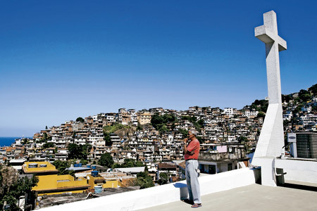 hombre en Brasil mirando al horizonte
