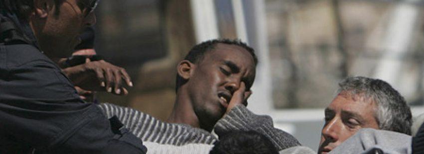 inmigrante recién llegado a la isla de Lampedusa es atendido por servicios sanitarios