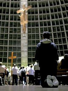 joven brasileño rezando en una iglesia
