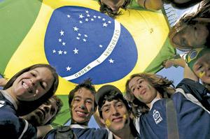 jóvenes brasileños con la bandera del país