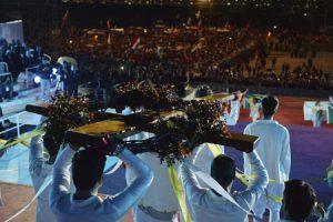 Un grupo de jóvenes transporta la cruz de la JMJ en la Vigilia de Copacabana