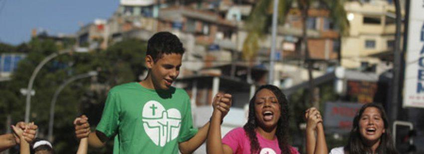 jóvenes en Rio de Janeiro días previos a la JMJ 2013