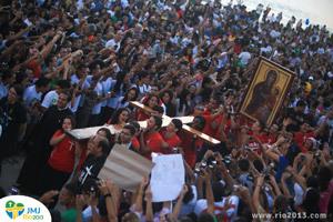 jóvenes peregrinos con la llegada de la Cruz de la JMJ Río 2013