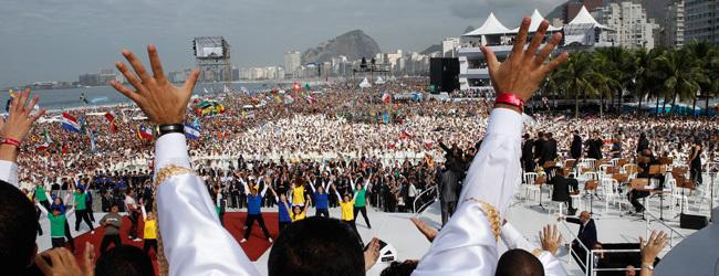 jóvenes bailan el flashmob de la misa final de la JMJ Río 2013