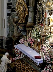 papa Benedicto XVI reza frente al Niño Jesús de Praga en 2009