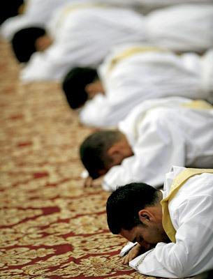 sacerdotes postrados en el suelo durante el rito de la ordenación
