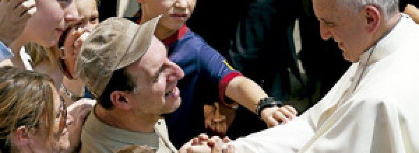 papa Francisco saluda a un hombre adulto