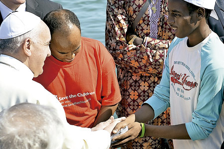 papa Francisco con inmigrantes en Lampedusa 8 julio 2013