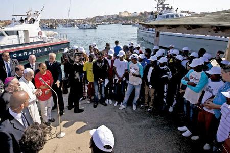 papa Francisco en Lampedusa con inmigrantes 8 julio 2013