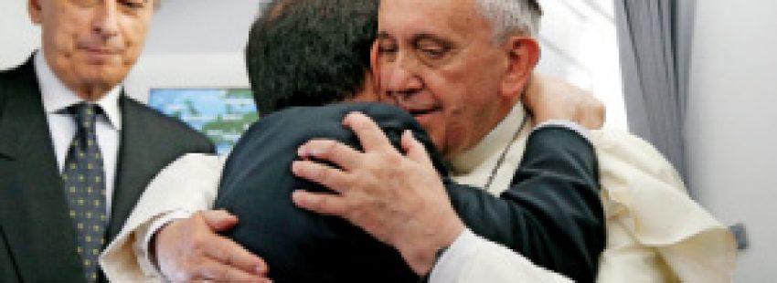 papa Francisco abraza a un periodista en el vuelo papal de camino a JMJ Río 2013