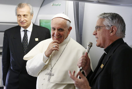papa Francisco en el vuelo papal de camino a la JMJ Río 2013