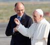 papa Francisco lleva su maleta al subir al avión lunes 22 julio camino de la JMJ Río 2013