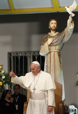 """papa Francisco visita hospital Río de Janeiro 2013 El papa Bergoglio, en el Hospital de San Francisco de Asís en la Providencia, junto a una figura del """"santo de los pobres"""", del que ha tomado su nombre como pontífice (24-07-2013)"""