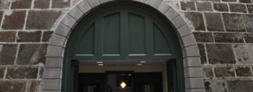 puerta de entrada de la sede del IOR banco del Vaticano