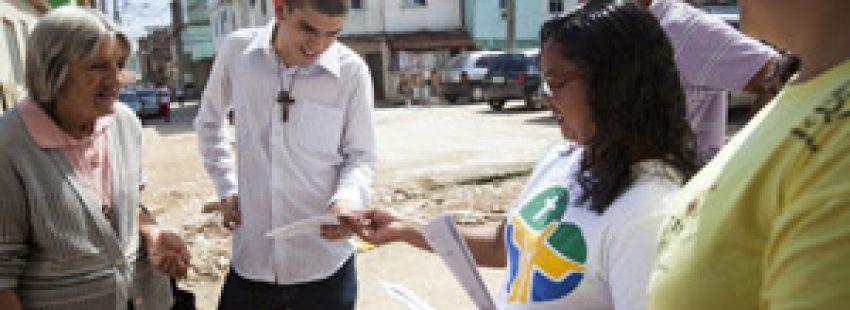 voluntarios reparten información de la JMJ Río 2013 en comunidades brasileñas