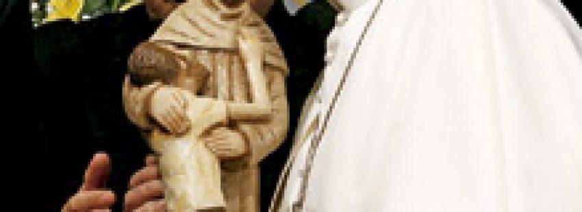 papa Francisco besa una figura de San Francisco en el hospital de drogodependientes de Río