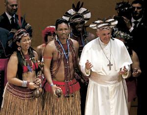 El papa Francisco con indígenas brasileños