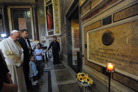 papa Francisco reza ante la tumba de Pedro Arrupe 10 septiembre 2013
