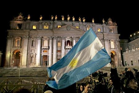 bandera argentina en la Plaza de San Pedro del Vaticano