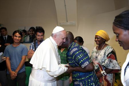 papa Francisco visita a refugiados en el Centro Astalli de Roma 10 septiembre 2013
