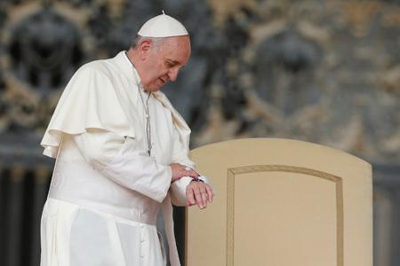 papa Francisco mirando el reloj