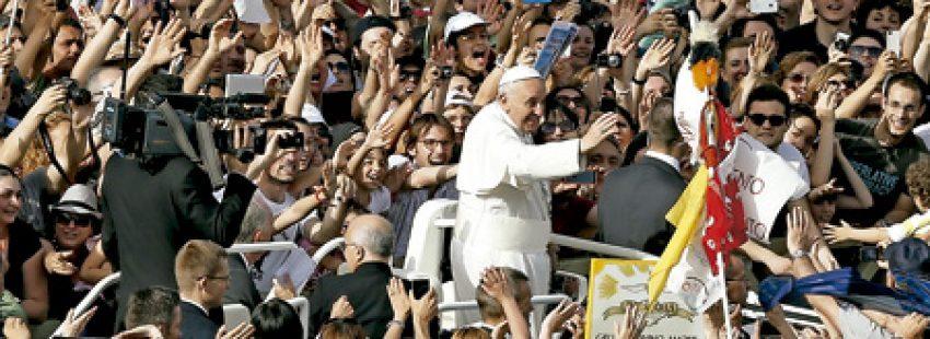 papa Francisco avanza en el papamóvil entre la multitud