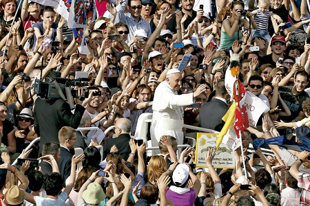 papa Francisco avanza en el papamóvil entre la multitud