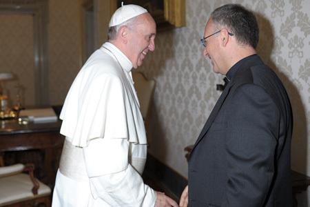 papa Francisco con el jesuita Antonio Spadaro, director de La Civiltà Cattolica, durante la audiencia que el pontífice concedió a  los miembros de esta publicación de los jesuitas el pasado 14 de junio.