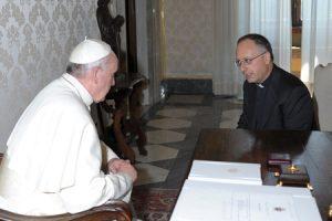 Imágenes del Papa Francisco con el jesuita Antonio Spadaro, director de La Civiltà Cattolica, durante la audiencia que el pontífice concedió a los miembros de esta publicación de los jesuitas el pasado 14 de junio.