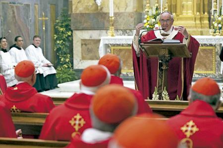 papa Francisco y cardenales en misa en la Capilla Paulina del Palacio Apostólico, 23 abril 2013