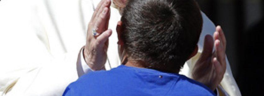 papa Francisco saluda a un chico enfermo