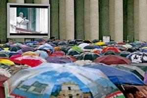 papa Francisco habla a los fieles bajo la lluvia en la Plaza de San Pedro